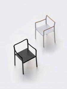 Французский дуэт Ronan и Erwan изготовили стулдля финской мебельной марки Artekиз металлического каркаса, переплетенного одной морской веревкой, которая образует его заднюю часть и подлокотники.